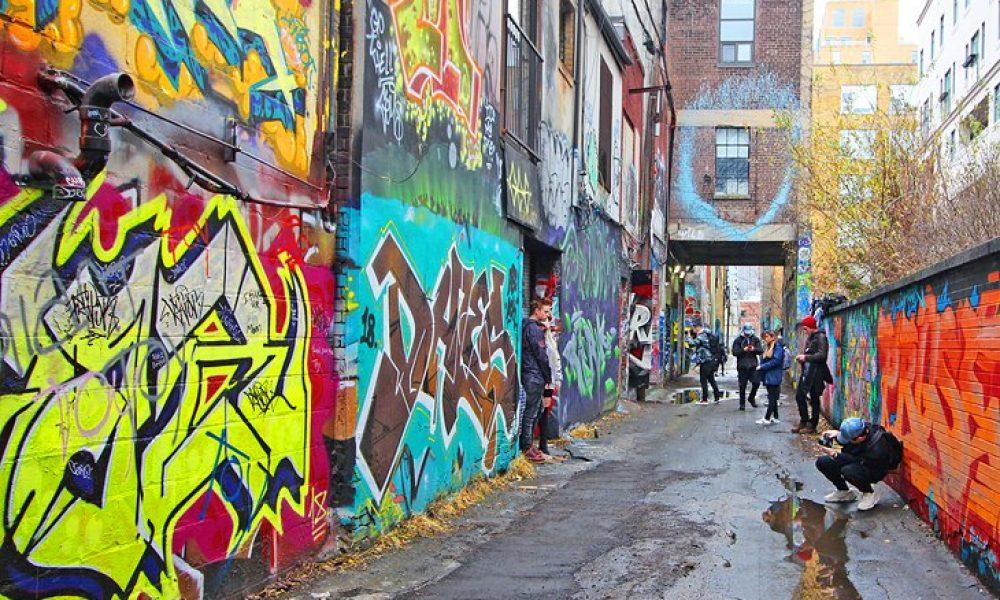 toronto attractions graffiti alley tourists